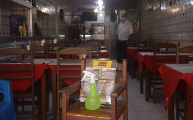 Bares e restaurantes reabriram, mas ainda têm limitações, como capacidade reduzida e menor horário de funcionamento