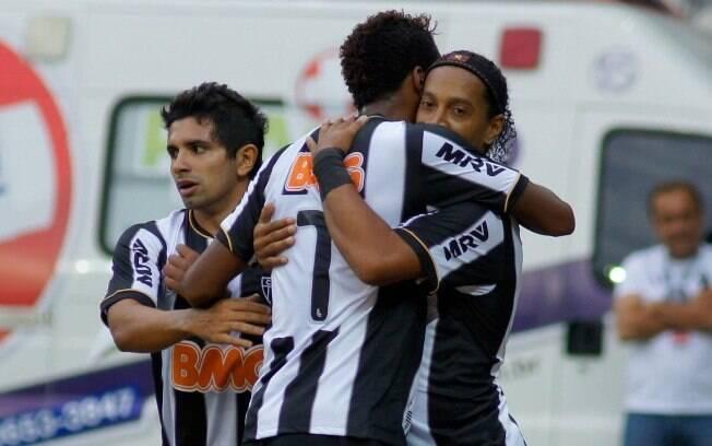 Ronaldinho Gaúcho e Jô comemoram gol contra o  Villa Nova