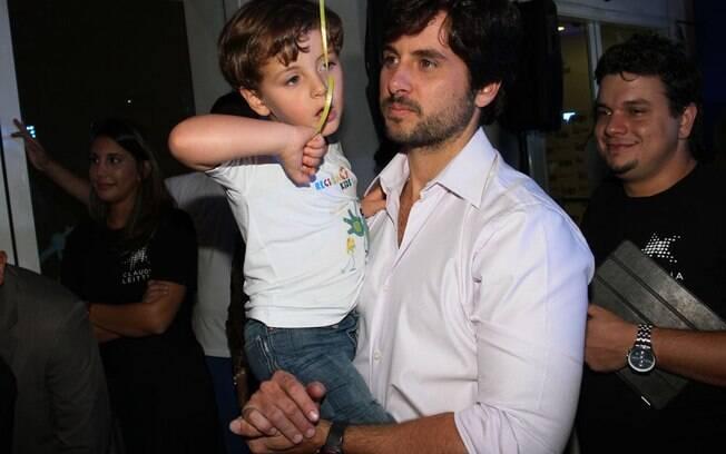 Márcio Pedreira com o primogênito Davi no colo