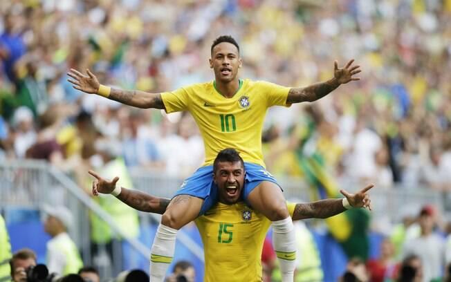Neymar e Paulinho comemoram juntos primeiro gol da seleção brasileira contra o México