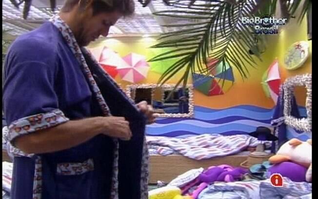 Após a Eliminação de João Maurício, o sobrevivente Jonas desperta e veste seu roupão roxo no Quarto Praia
