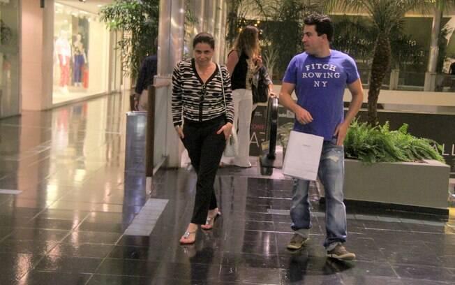 Ao perceber que estava sendo fotografada, Giovanna Antonelli brinca de desfilar no corredor do shopping center