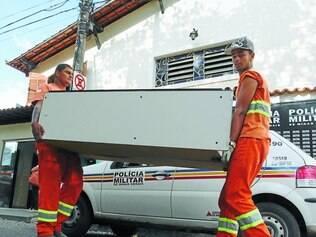 Angola.   No mesmo dia, os móveis foram entregues por funcionários da prefeitura na sede do 33° batalhão