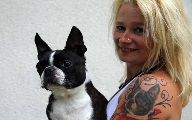 Monika Recse tatuou e cão  Laslo