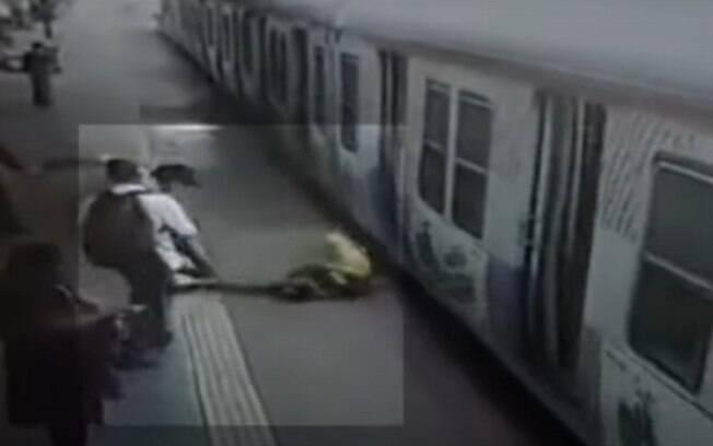 Câmeras de segurança registraram o resgate feito por pessoas que estavam na plataforma