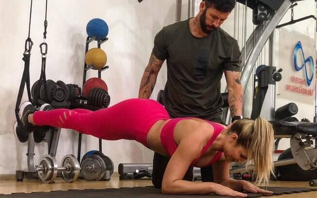 Prancha abdominal pode ser feita usando o apoio do TRX para elevar os pés. O exercício fica mais complexo dessa forma