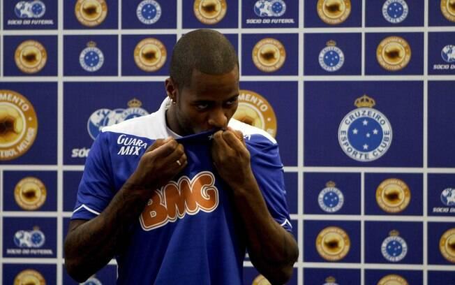 Dedé vestiu a camisa do Cruzeiro pela  primeira vez num supermercado