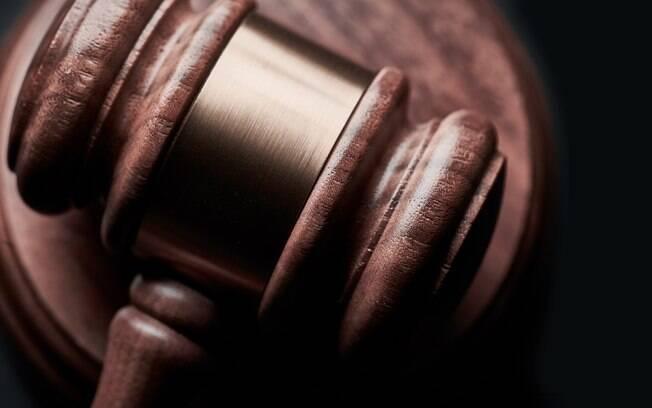 Homem é preso após invadir audiência online e desafiar juíza a prendê-lo