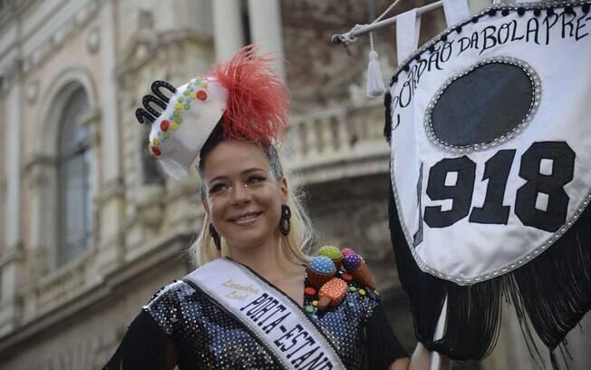 Leandra Leal carrega a bandeira do Cordão do Bola Preta