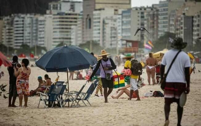 Prefeitura voltou a permitir permanência na areia e venda de bebidas alcoólicas na praia depois de meses; especialistas criticam