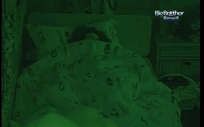 Noemí descansa no Quarto Praia em sua primeira noite no reality brasileiro