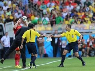 Árbitro mexicano em ação no duelo entre Bélgica e Argélia na primeira fase do Mundial