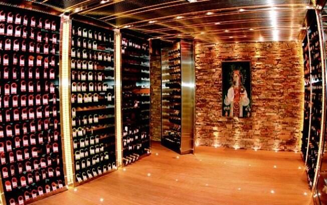 Adega no subsolo de uma casa à venda no condomínio Portobello, com três mil rótulos catalogados