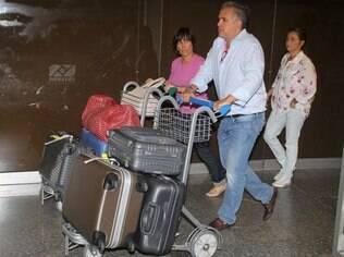 Gloria Pires desembarca com o marido, Orlando Morais, no Rio