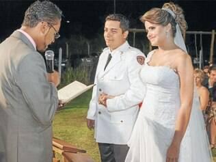O casal Bruna Daniella e Marcos Vinícius se casou ao ar livre no espaço de eventos do Porteira Velha, em uma cerimônia recheada de emoções. A empresa Diniz