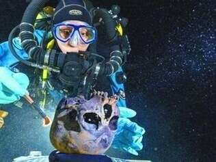 México. Mergulhadora coloca crânio da adolescente em plataforma rotativa