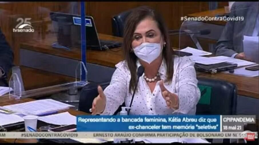 Kátia Abreu questiona ex-ministro Ernesto Araújo na CPI da Covid-19