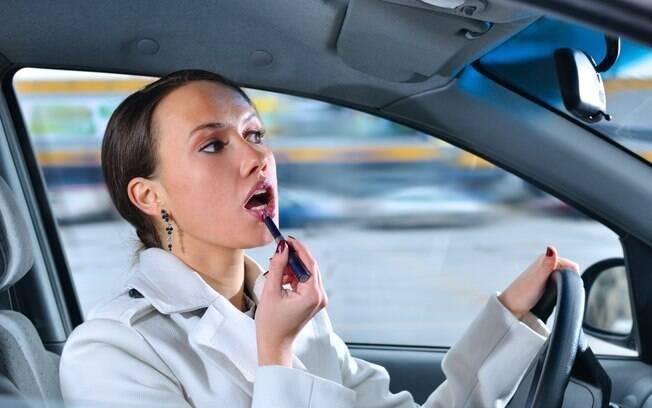 Pode sair de casa sem batom e aplicar no carro - ou no ônibus, ou até no elevador do escritório - a gente não conta para ninguém...