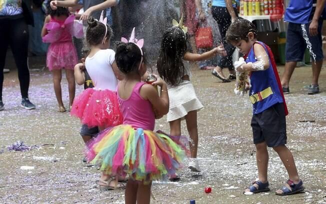 Espuma de carnaval tem substâncias tóxicas e pode causar problemas oculares em crianças e adultos