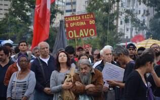 """""""Mais Paulo Freire e menos Olavo"""", pedem manifestantes durante protesto em SP"""