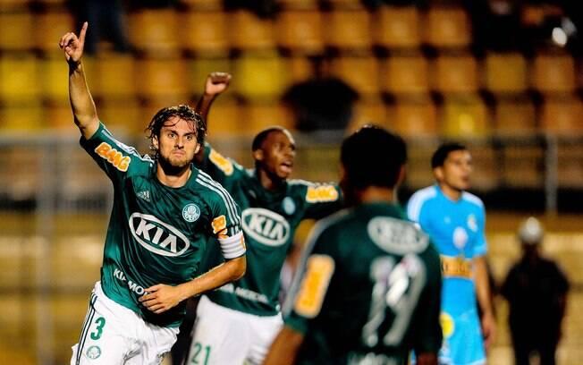 Henrique celebra gol no primeiro tempo