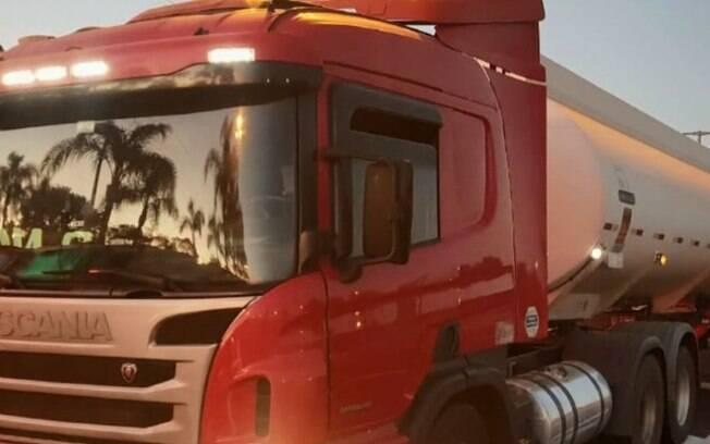 Motorista é feito refém em tentativa de roubo a caminhão-tanque na Zeferino Vaz