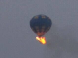 Foto mostra momento em fogo consumia balão em exibição no Estado de Virgínia, nos Estados Unidos