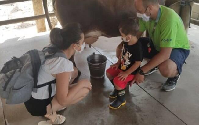 Gabriela com o filho Arthur em uma das atividades com animais no hotel fazenda