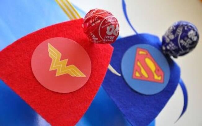 Uma capa feita de papel ou feltro transforma o pirulito em Super Homem e em Mulher Maravilha