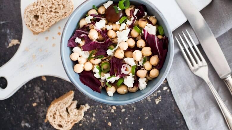 De preparo rápido e fácil, a salada de grão-de-bico é uma boa para o verão