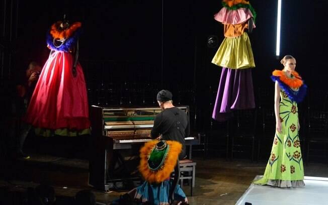 Desfile performático da mais recente coleção de Fause Haten