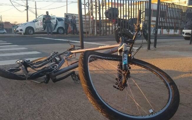 Ciclista fica em estado grave após ser atropelado por moto em Campinas