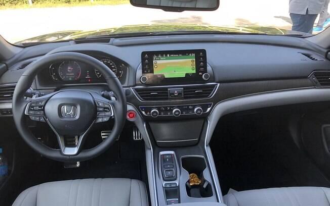 O interior do Honda Accord 2019 aposta na sobriedade. Apesar disso, alguns recursos são de última geração