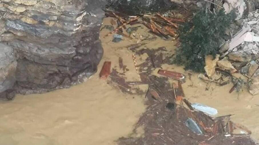 Caixões destroçados na areia