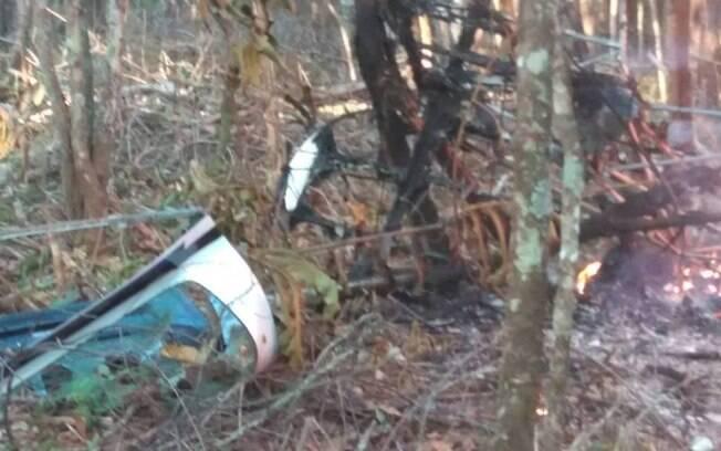 Segundo o Corpo de Bombeiros, as vítimas ainda não foram identificadas e os corpos teriam sido carbonizados depois da queda do avião