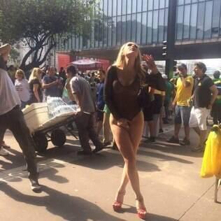Musa da direita faz ensaio com maiô transparente na Avenida Paulista