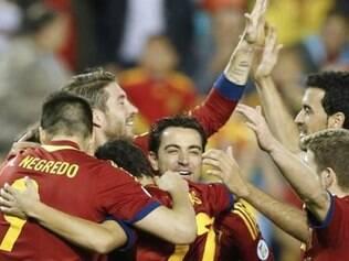 Jogadores espanhóis celebram classificação ao Mundial do Brasil