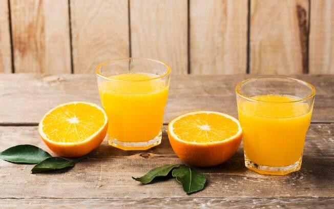 O açúcar presente nos sucos de frutas, por mais que seja natural, não colabora com a perda de peso