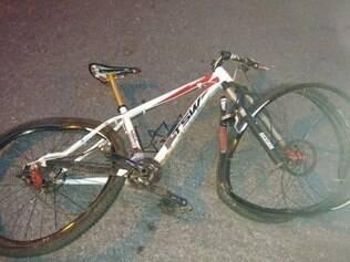 Bicicleta foi danificada com o impacto da batida
