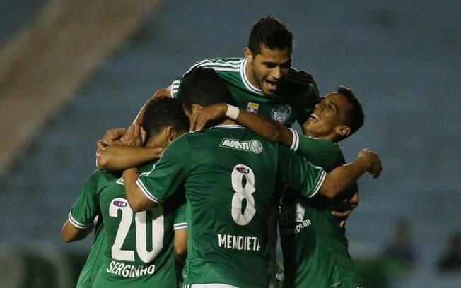 Jogadores comemoram o gol de Serginho, o  quarto na goleada sobre o Figueirense: 4 a 0, pela  28ª rodada