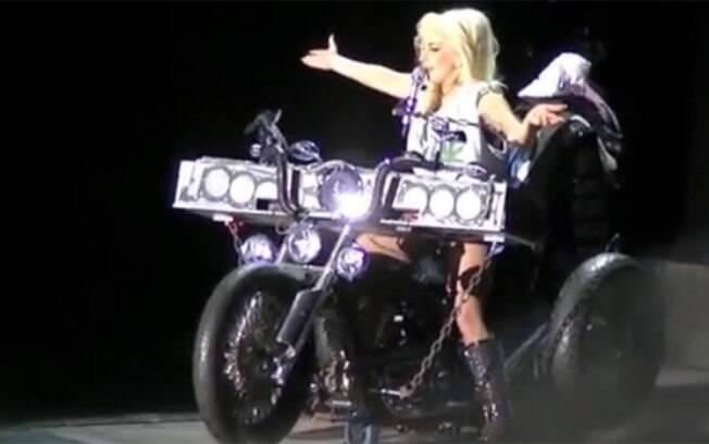 Lady Gaga conversando com o público enquanto fuma um cigarro de maconha, em show de 2012
