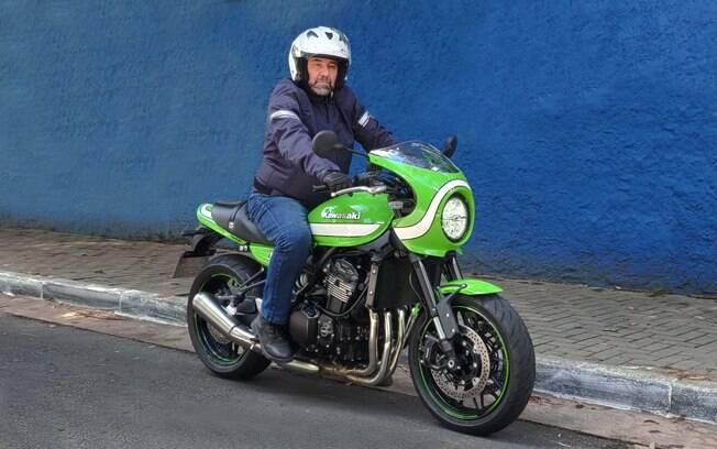A cor verde Vintage Lime e a carenagem de farol caracterizam a Kawasaki Z900RS Café