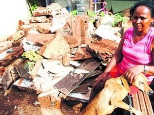 Sofrimento. Maria Geralda está tentando lidar com a perda de sua casa, depois que um barranco derrubou seis cômodos do imóvel
