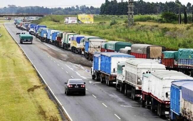 Nesta quarta-feira (24), a Federação dos Transportes da Argentina (FETRA) deu início a uma greve nacional indefinida em protesto contra a inflação, estimada em 42% para 2018, e os impostos de exportação