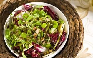 Salada verde com peras e cobertura crocante