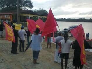 Manifestantes fecharam o porto de acesso a cidade de Matias Cardoso pelo rio São Francisco