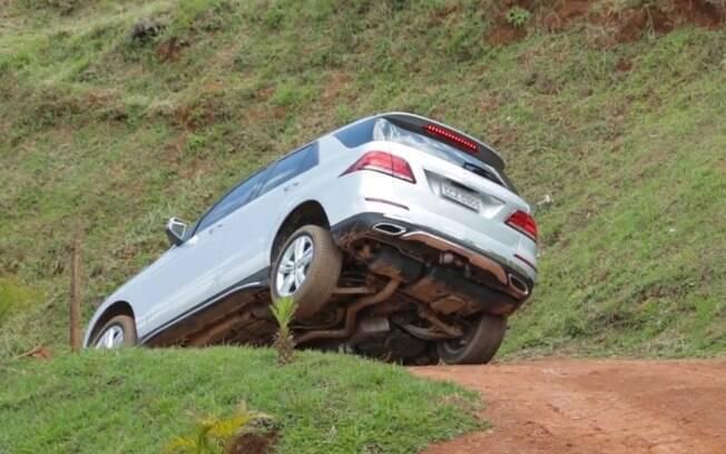 Mesmo com uma das rodas no ar, pode-se controlar com o carro com os sistemas voltados para trechos fora do asfalto