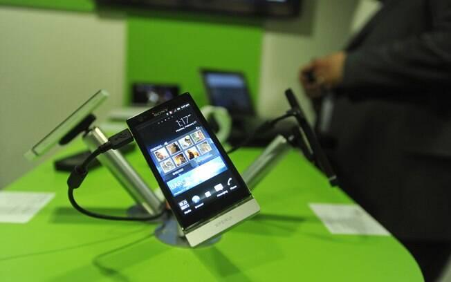 Sony Xperia P custa R$ 1.400 e conta com tela de 4 polegadas que facilita a leitura sob luz solar