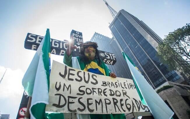 Um dos participantes do protesto em São Paulo se caracterizou de Jesus crucificado para mostrar indignação