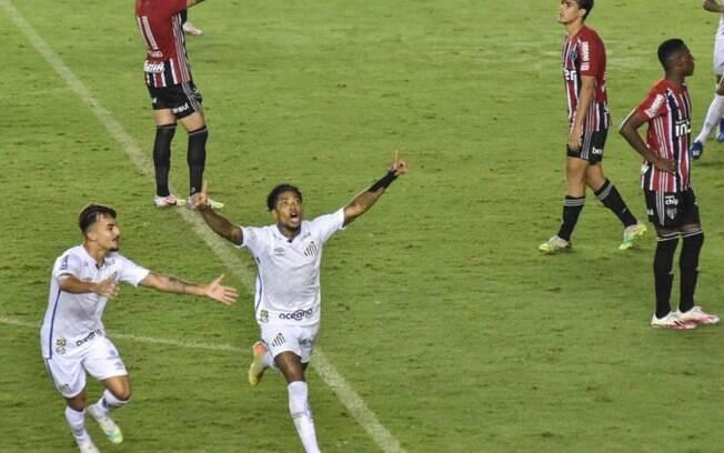 Gol de Marinho decretou o empate na Vila Belmiro.